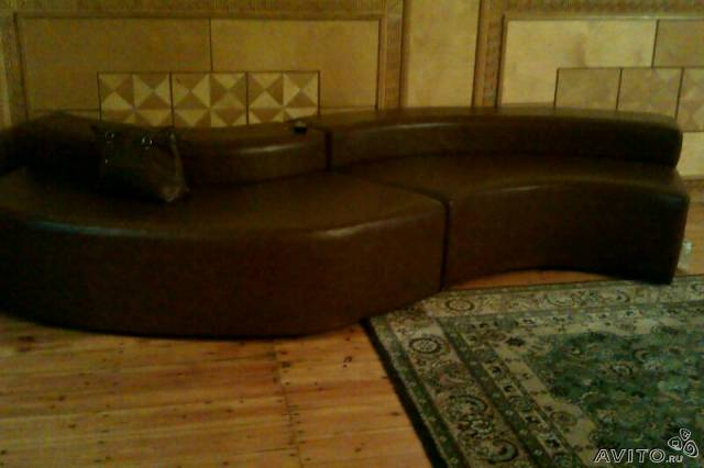 нераскладные двухместные диваны с деревянными ручками для гостиной